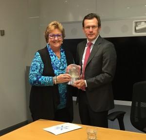 Snowdome Board Member Helen Buckingham presents a 'Founding Partner' snowdome to Cisco CEO Ken Boal.